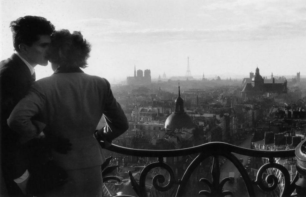 Fotografía © Willy Ronis. Pareja de enamorados en la Bastilla, París, 1957.