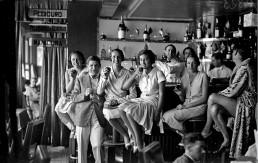 Mujeres en un bar. Fotografía © Ricardo Martín