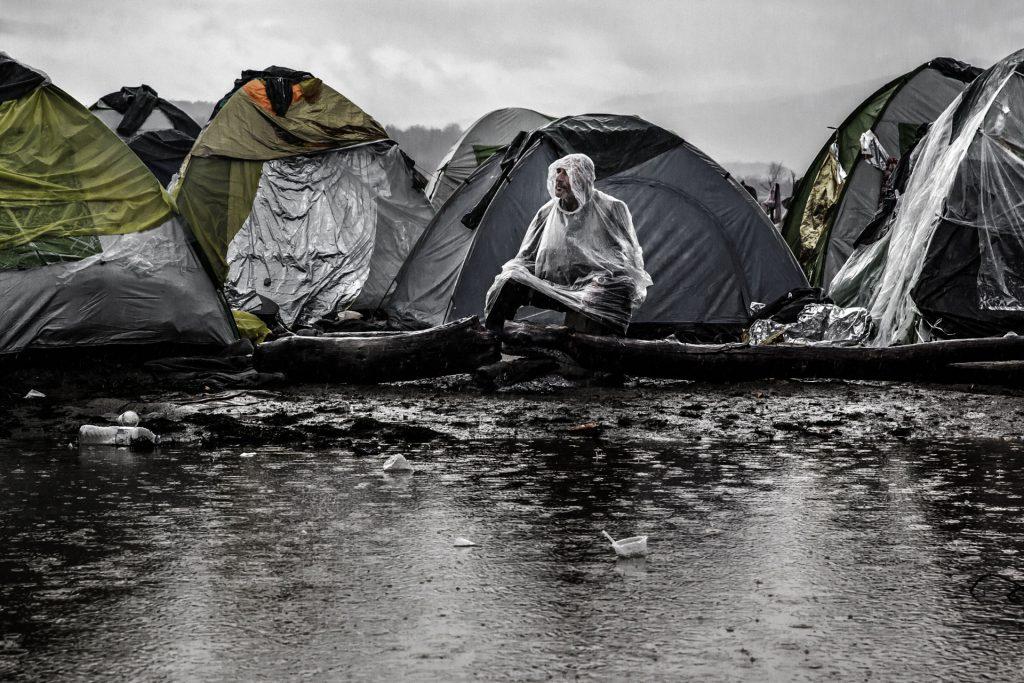"""Fotografía © Cesc Giralt. Campo de refugiados sirios. Idomeni, Grecia 2015. """"Macedonia construyó una valla de alambres para evitar el paso de los refugiados""""."""