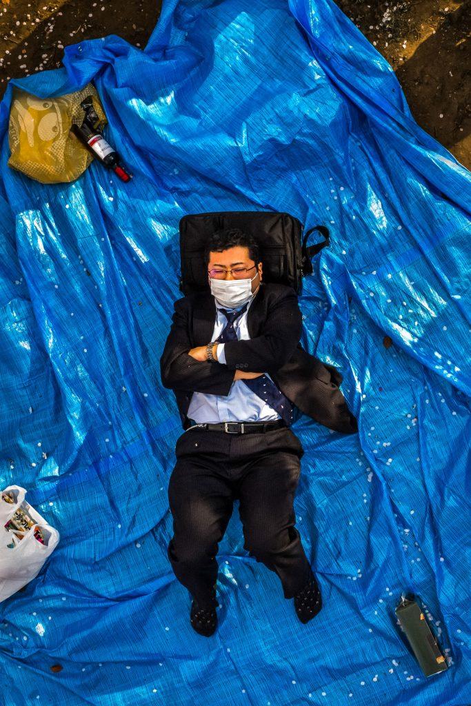 Fotografía © Cesc Giralt, Salary Man. Parque Ueno, Tokio 2015